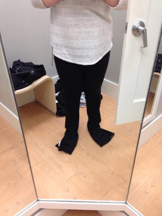 persona de baja estatura se prueba un pantalón largo
