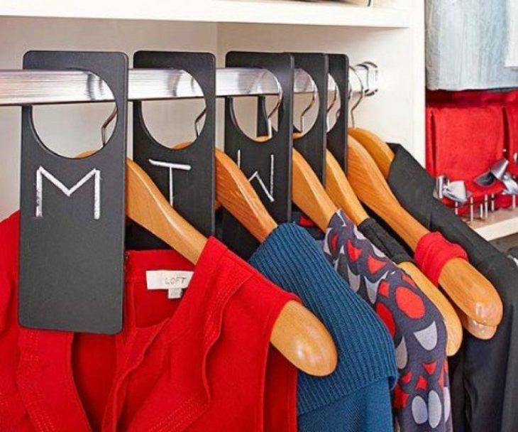 ganchos de ropa con etiquetas por días de la semana