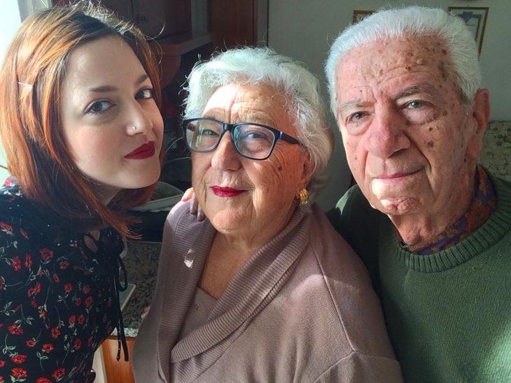 mujer con sus abuelos