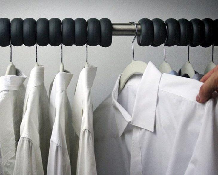 ropa colgando de ganchos