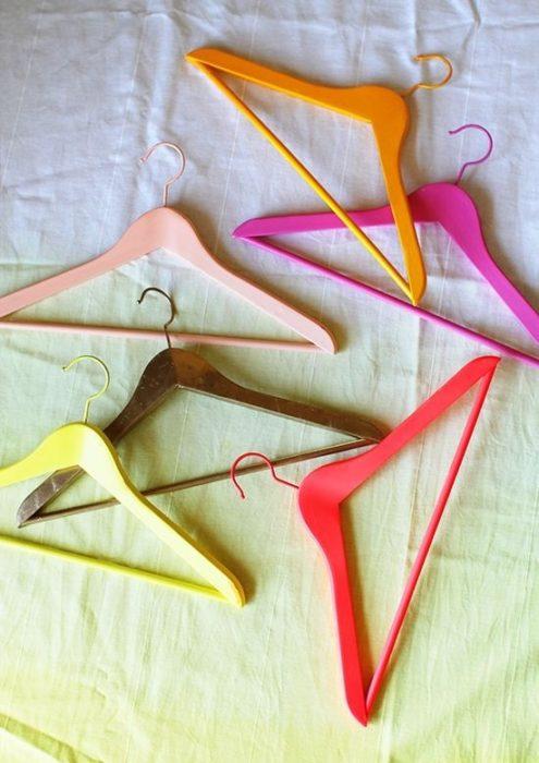 ganchos de ropa de colores