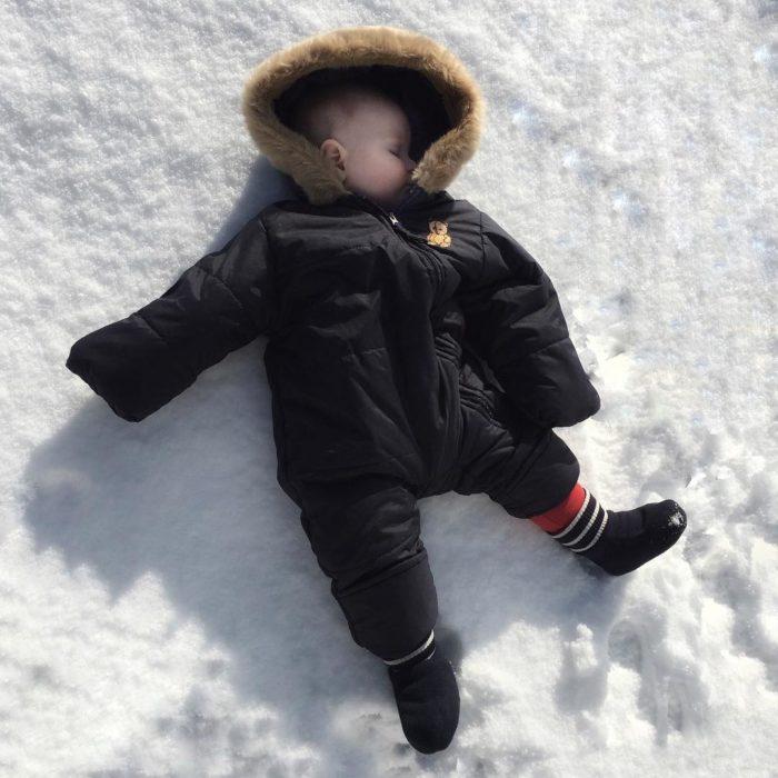 niño dormido sobre la nieve