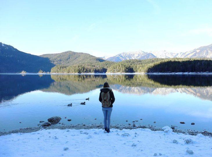 mujer frente a un lago