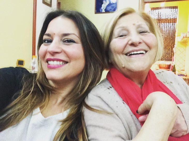 mujer sonríe al lado de su abuela