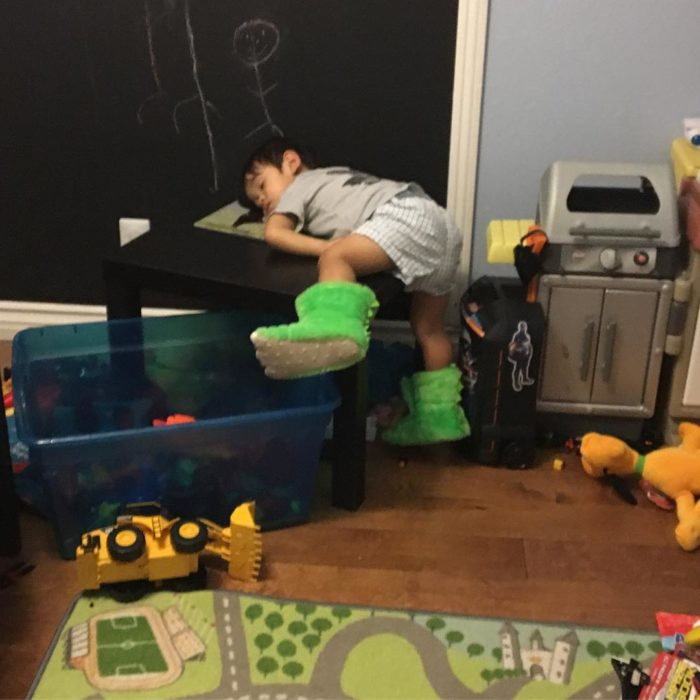 niño dormido sobre una mesa