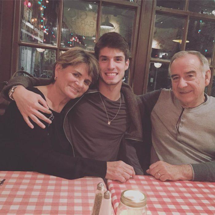 nieto con sus abuelos