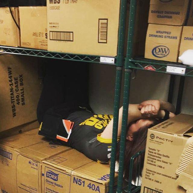 niño dormido en las cajas de una estantería