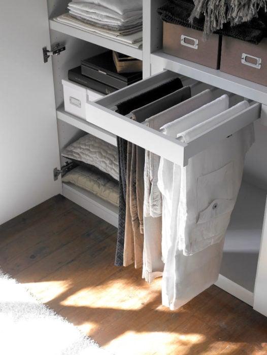 compartimento de armario para colgar pantalones