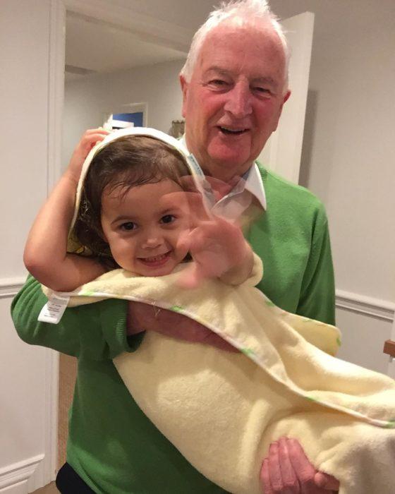 abuelo cargando a su nieta