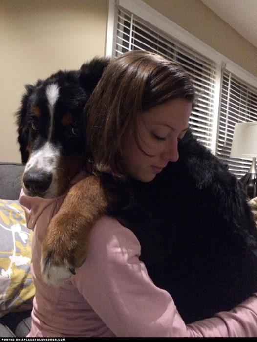 tierna foto de mujer y perro abrazados