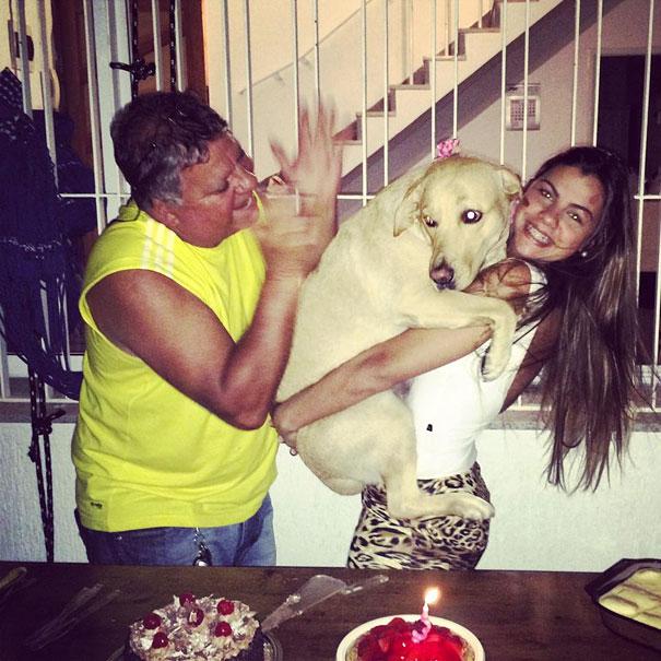 perro en brazos de su dueña