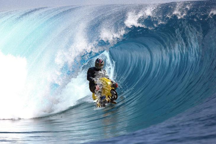 Motociclista surfeando