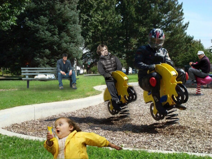 Motociclista y keanu atrás