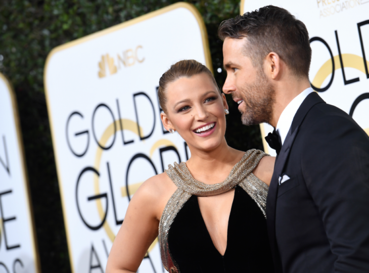 Blake Lively sonriendo mientras mira a su esposo Ryan Reynolds