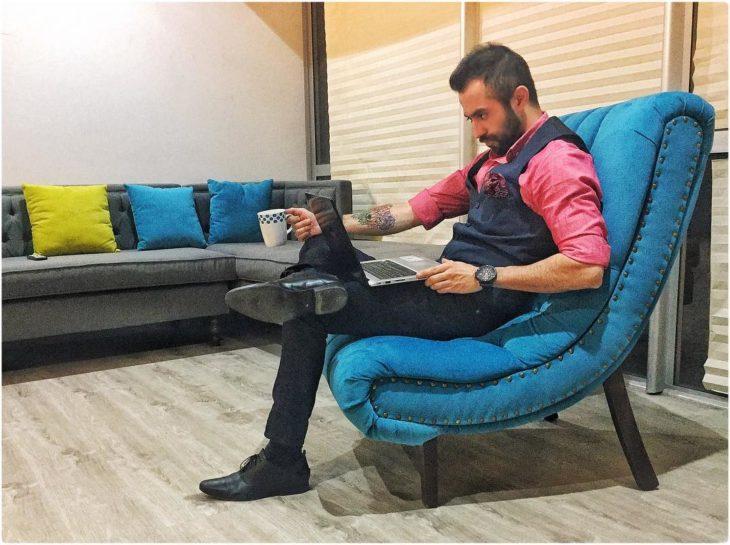 hombre de negocios leyendo una revista y tomando café