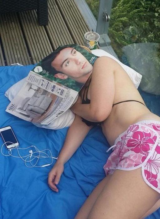 chica tomando la siesta con una revista en la cara