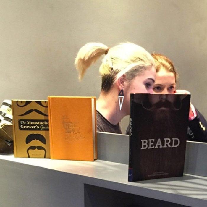 chicas en biblioteca parece que una tuviera barba