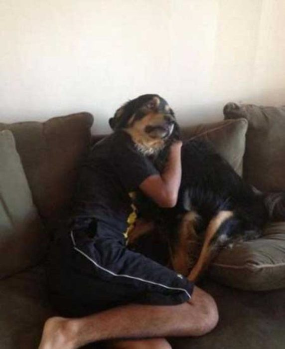 hombre apraza a perro y se confunden los rostros