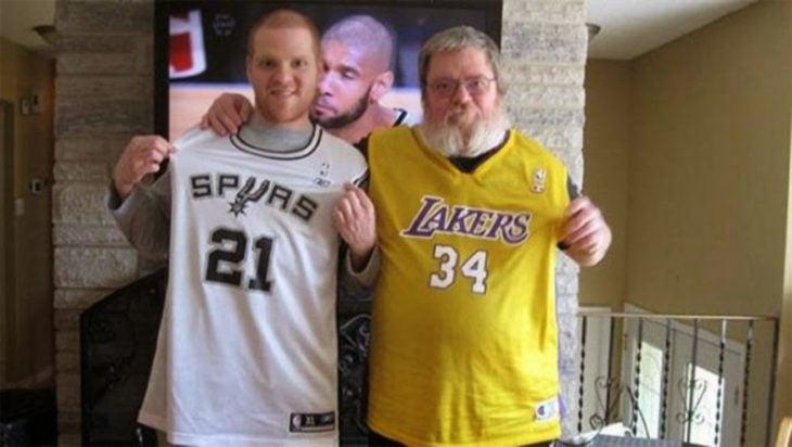 papa e hijo frente al tv viendo basket