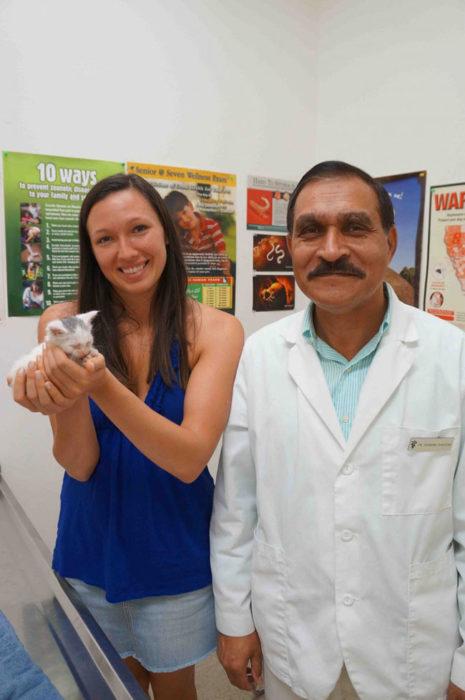 mujer con gatito bebé y veterinario