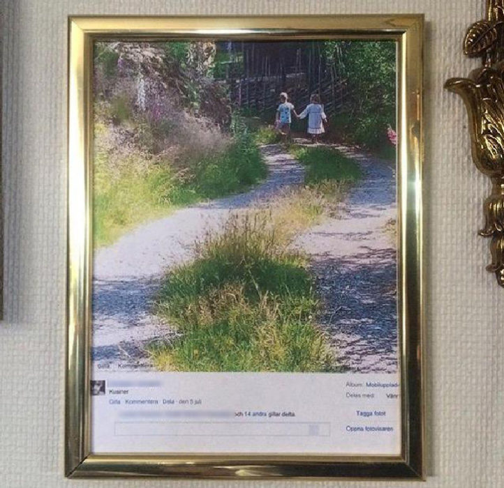 Gente mayor en Facebook - foto del muro en un cuadro