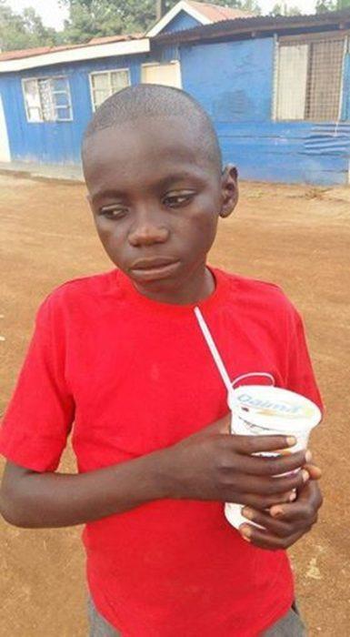 Niño keniano tomando refresco