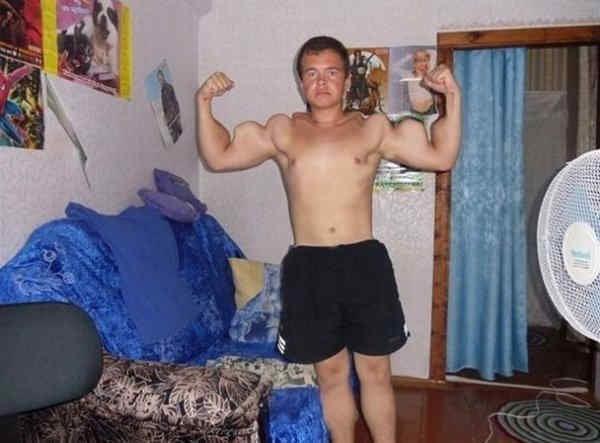 Photoshop - chico musculoso en su cuarto