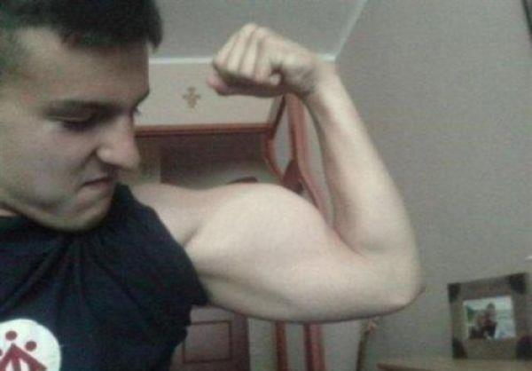 Photoshop - hombre musculoso la puerta se tuerce