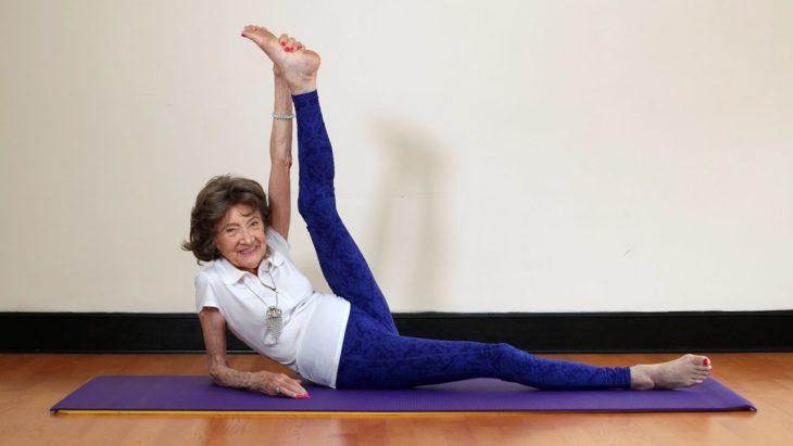 Mujer 98 años flexible