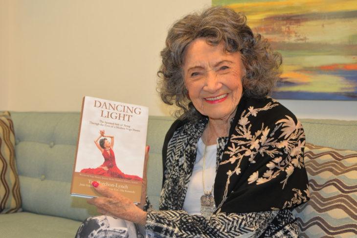 Mujer anciana sosteniendo un libro