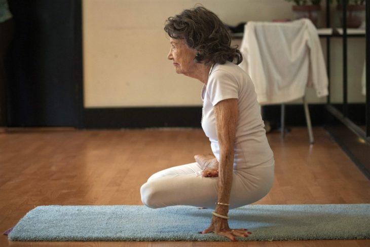 Mujer 98 años pose yoga