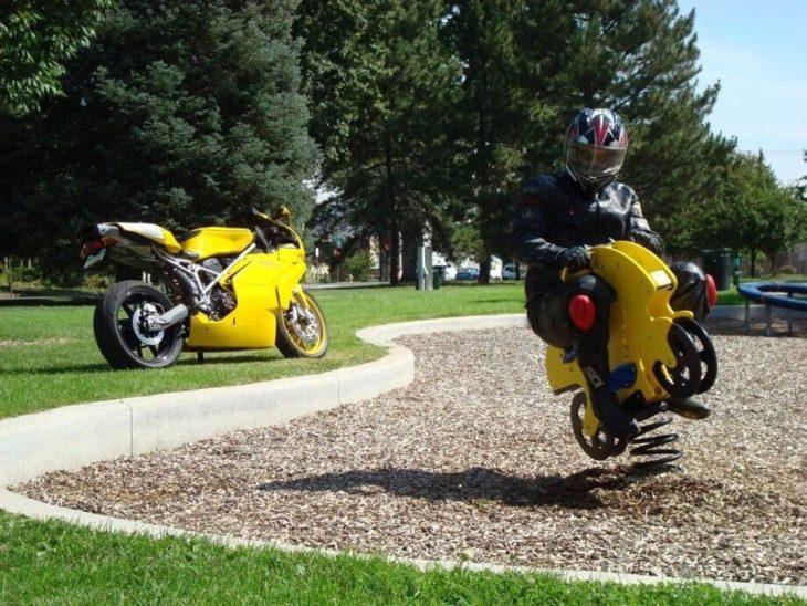 foto de moticlista arriba de una moto de un parque infantil