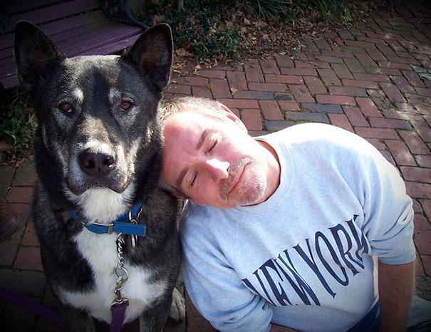 papa foto recargado al perro