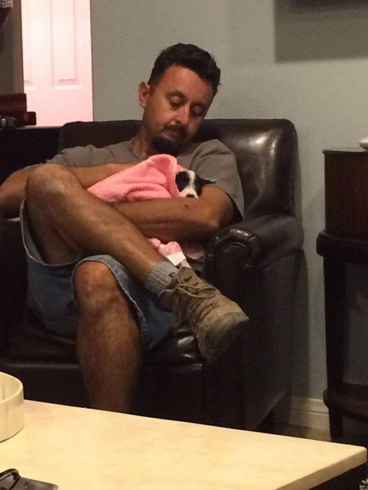 papa trata al perro como bebé