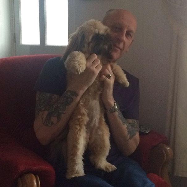 papa tatuado cargando al perro