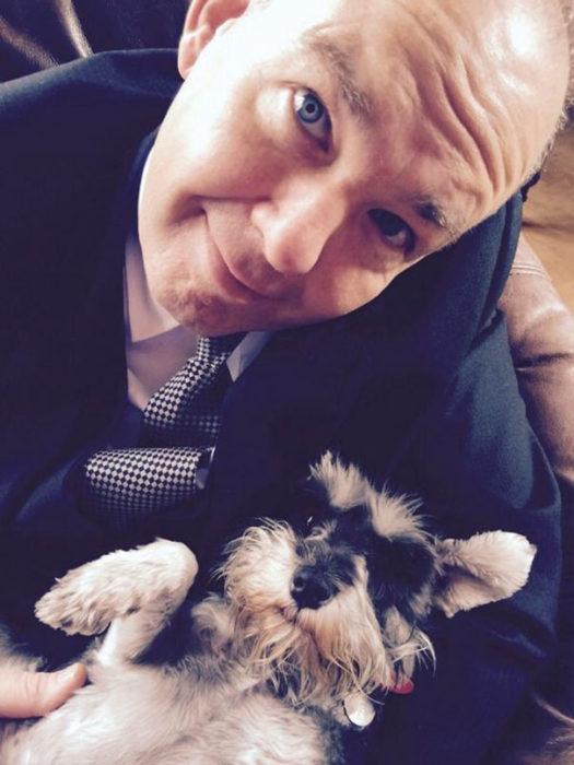 papa tomandose selfie con el perro