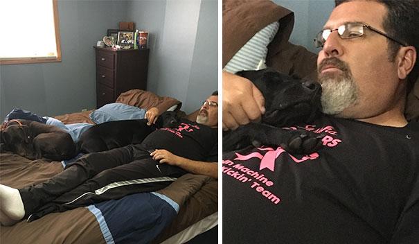 papa acostado en la cama abrazando al perro