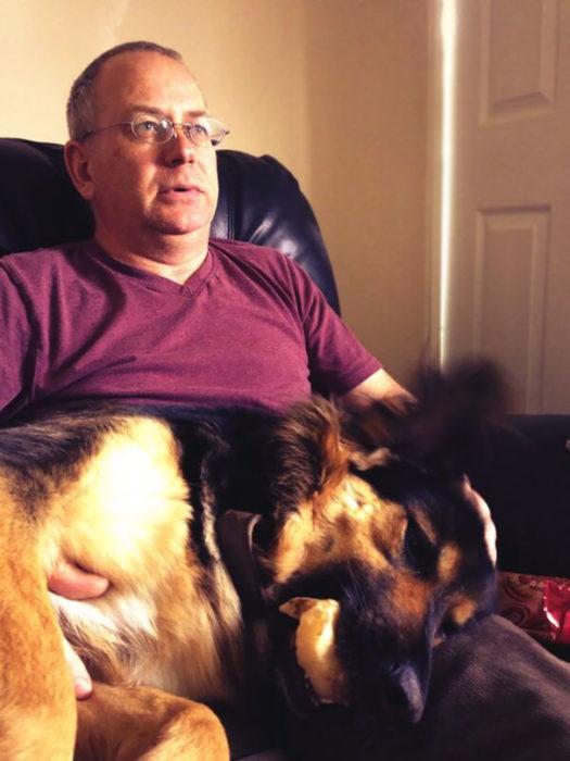 papa y perro costados juntos