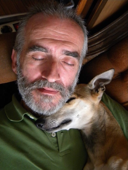 papá y perro dormidos juntos