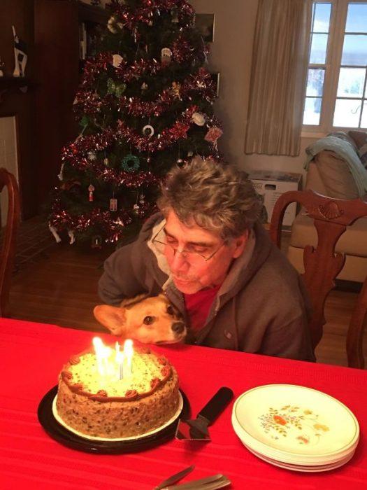 cumpleaños papá perro a su lado
