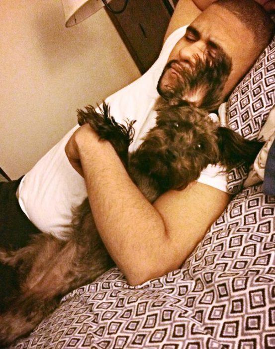 papa dormido abrazando al perro