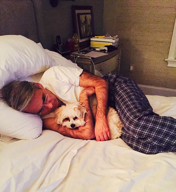 papá acurrucado con el perro