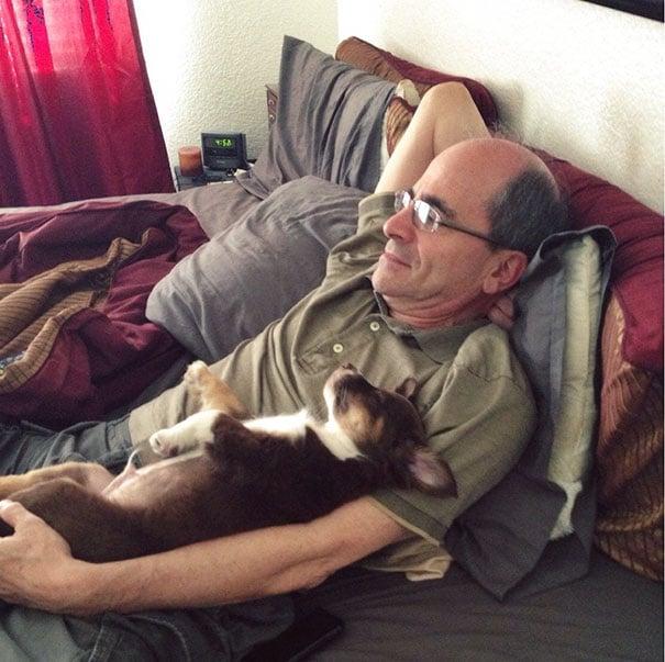 papa viendo tele con el perro
