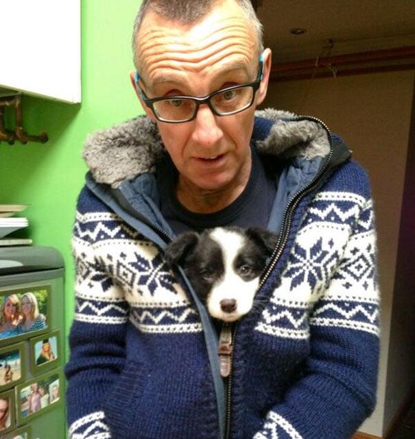 Hombre con perro en el sueter