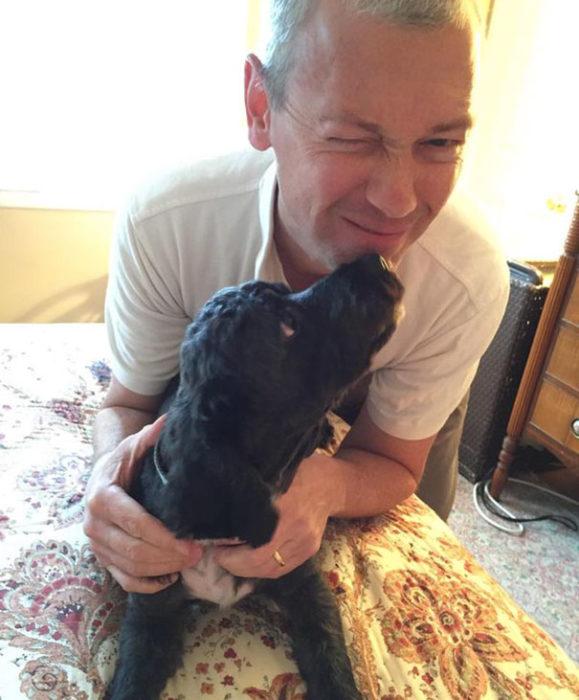 perro besando a papa