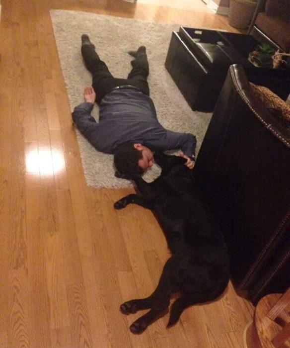 papa y perro en el piso