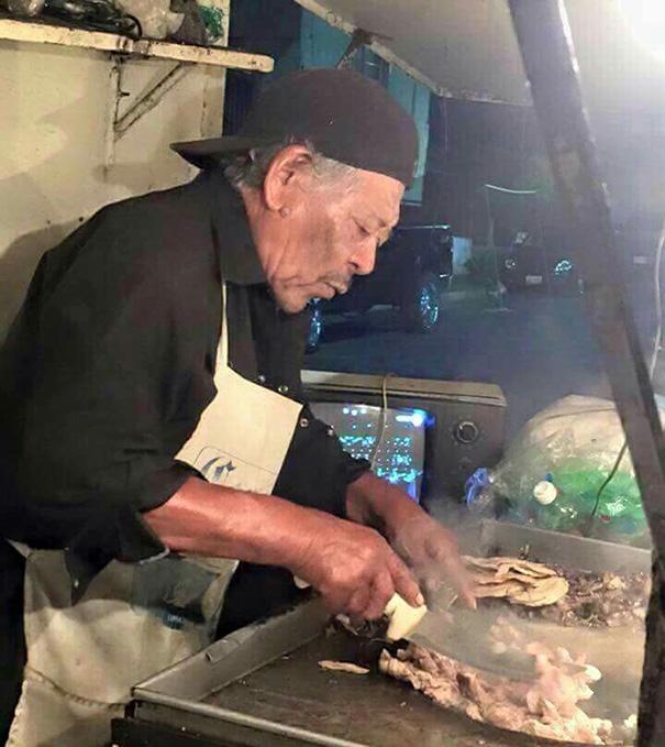 hombre que se parece a morgan freeman haciendo tacos