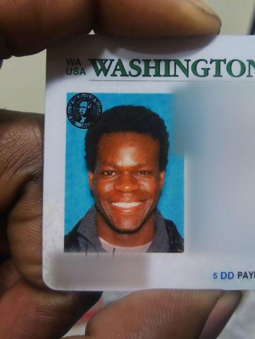 Tarjeta de identificación, hombre parece a Matt Demon pero en negro