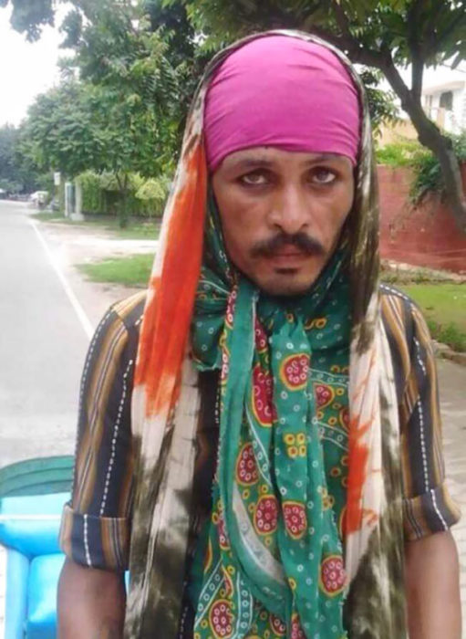 Un hombre vagabundo parece al capitan Jack Sparrow