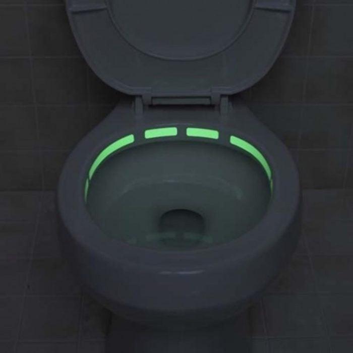 luz neón alrededor de la taza del baño